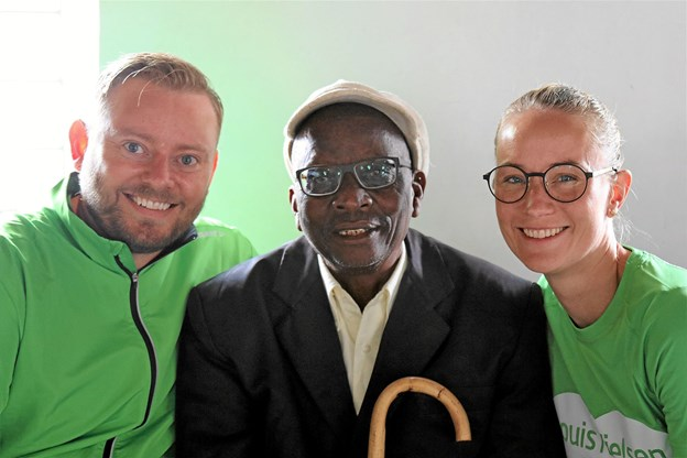74-årige Joseph fik briller for første gang, da han besøgte Gitte Mose og kollegerne på hospitalet. Her er han sammen med Gitte Mose og optikerkollega Jesper Nielsen.Privatfoto