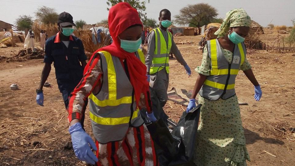 En lokal milits og en bande kriminelle har været i en meget blodig kamp i det nordlige Nigeria, hvor sikkerhedsstyrkerne har mange ting at slås med. Den militante islamistiske gruppe Boko Haram fortsætter også med at gennemføre blodige angreb. På billedet bæres et offer for et dobbelt selvmordsangreb begået af Boko Haram den 4. maj væk i byen Maiduguri i den nordøstlige del af landet. Foto: Scanpix/Audu Marte