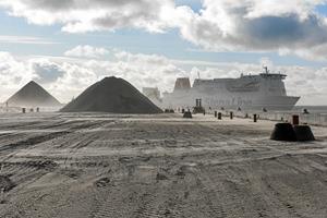 Pyramider med sten og grus tårner sig op på Frederikshavn Havn