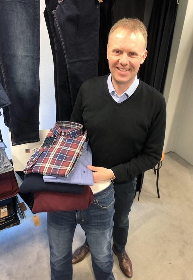 Der vil være tilbud hele dagen på trøjer, skjorter og bukser, siger Henrik Baun. Foto: Carsten Hougaard