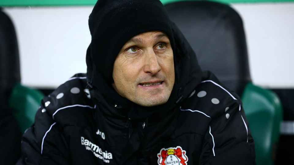 Heiko Herrlich har fået en bøde, efter at han faldt til jorden i Leverkusens kamp mod Gladbach i december. Foto: Reuters/Wolfgang Rattay/arkiv