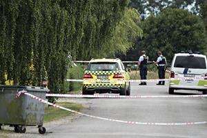 Mand hårdt såret og betjent ramt af skud i politiaktion