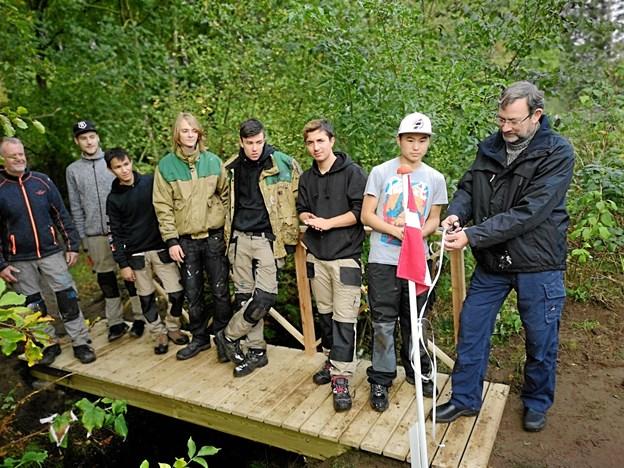 Formanden for Tornby Beboerforening, Torben Christensen, foretog snoreklip og indviede hermed den nye gangbro.