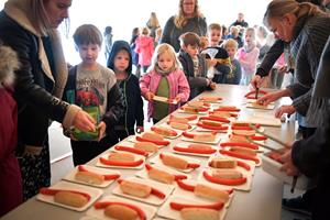 Lang kø til røde pølser: Festdag for udvidelse af Skørping Skole
