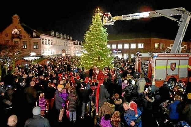 Juletræet på Kirketorvet blev forleden tændt af julemanden og borgmesteren. Foto: Bo Lehm.