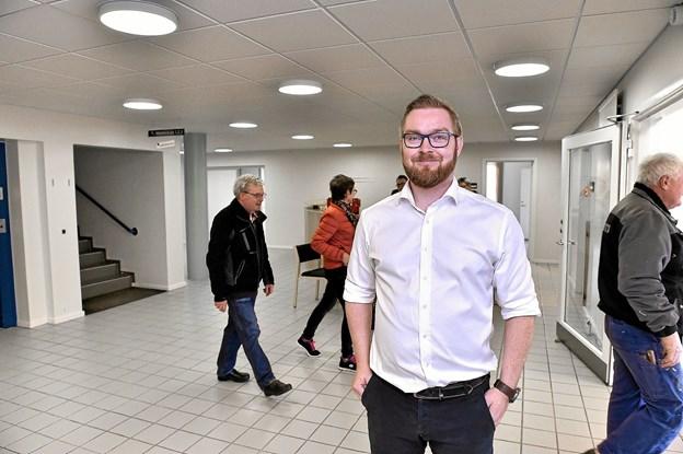 Thisted kommunes erhvervskonsulent Torben Pedersen står klar med hjælp til fremtidige projekter i Hanstholms gamle rådhus, som godt 50 interesserede besøgte torsdag. Foto: Ole Iversen