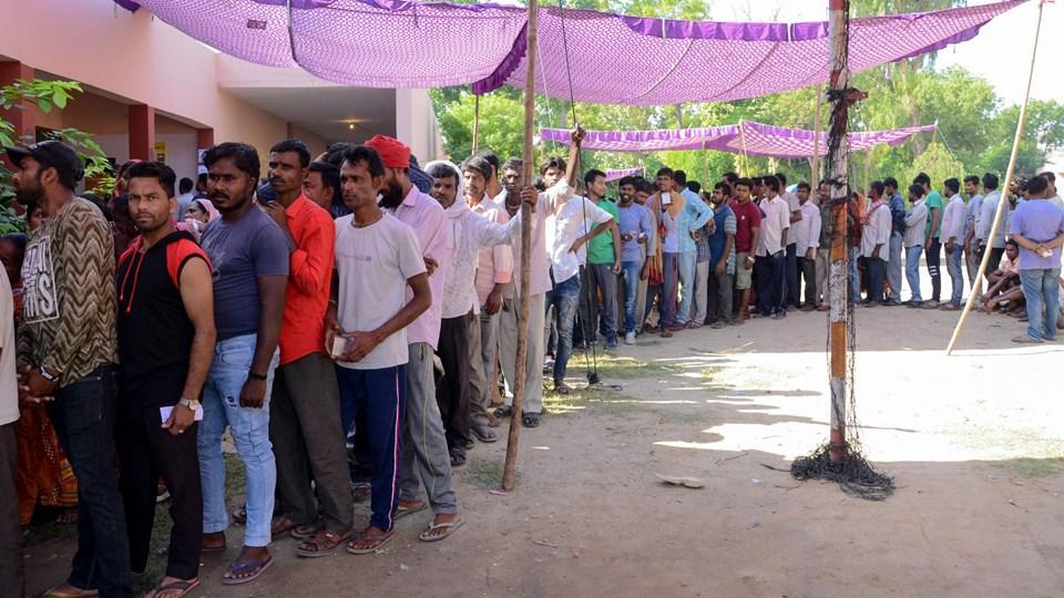 Der var søndag lange køer ved stemmelokalerne i en landsby nær Amritsar ved afslutningen af spændingsfyldt maratonvalg i Indien. Valget er blevet holdt over syv runder siden 11. april, og det blev søndag afsluttet med den syvende og sidste valgrunde.