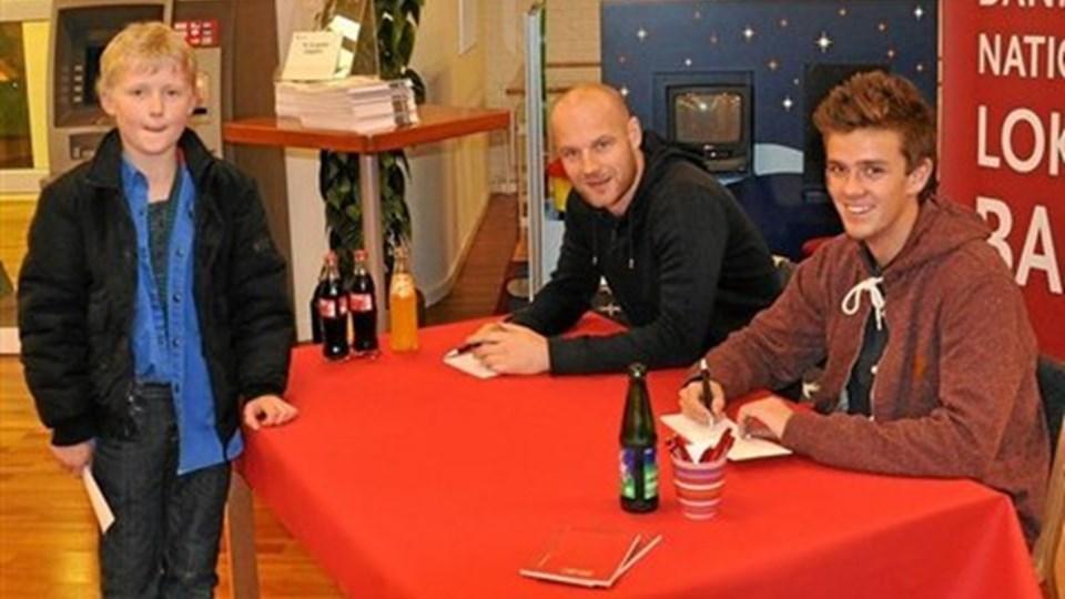 En stolt AaB-fan har lige erhvervet sig en autograf fra to af superligaholdets spillere. Foto: Ole Torp