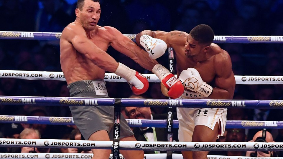 Anthony Joshua (til højre) slog i april sidste år ukrainske Wladimir Klitschko foran 90.000 tilskuere på Wembley. Til marts går briten i ringen i Cardiff, hvor Joseph Parker fra New Zealand venter. Foto: Scanpix/Ben Stansall