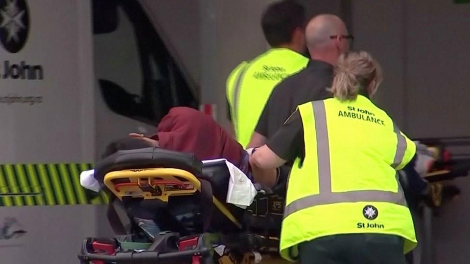 Redningsmandskab ankommer med en person på en båre til et hospital i Christchurch i New Zealand, hvor der meldes om et blodigt skyderi ved en moské.
