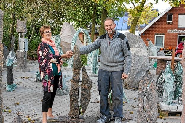 Ketty Østergaard Pedersen er en glad vinder af Thy Granit og Thisted:Postens konkurrence. Her afhenter hun den hos Jan Jan Mouritsen, Thy Granit. Privatfoto