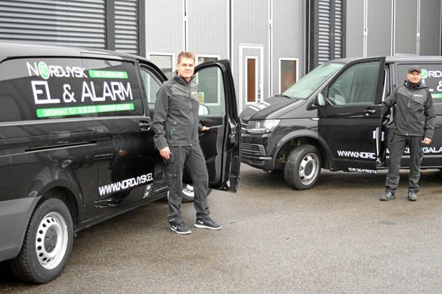 Kenneth Ellemann-Mortensen (tv) og Mads Knobelauch er klar til at rykke ud for det nye el-firma i Terndrup, Nordjysk El & Alarm. Foto: hhr-freelance.dk