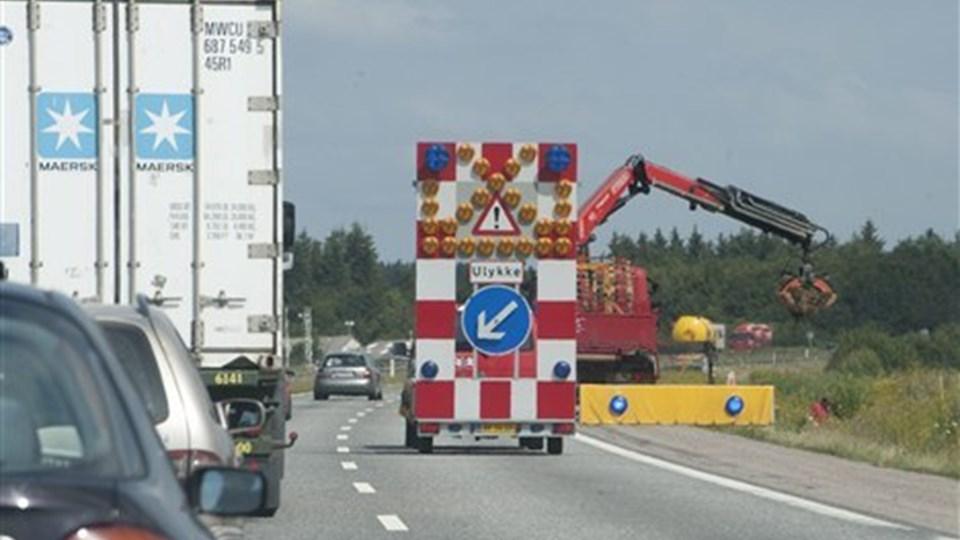 Motorvejssporet var spærret i knap fem timer, mens lastbilen blev tømt. Foto: Grete Dahl