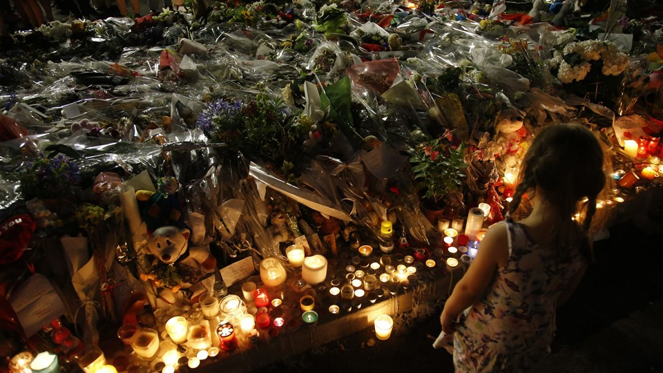 A child stands near flowers and candles placed to pay tribute to victims of the truck attack along the Promenade des Anglais on Bastille Day that killed scores and injured as many in Nice Foto: Reuters/Pascal Rossignol