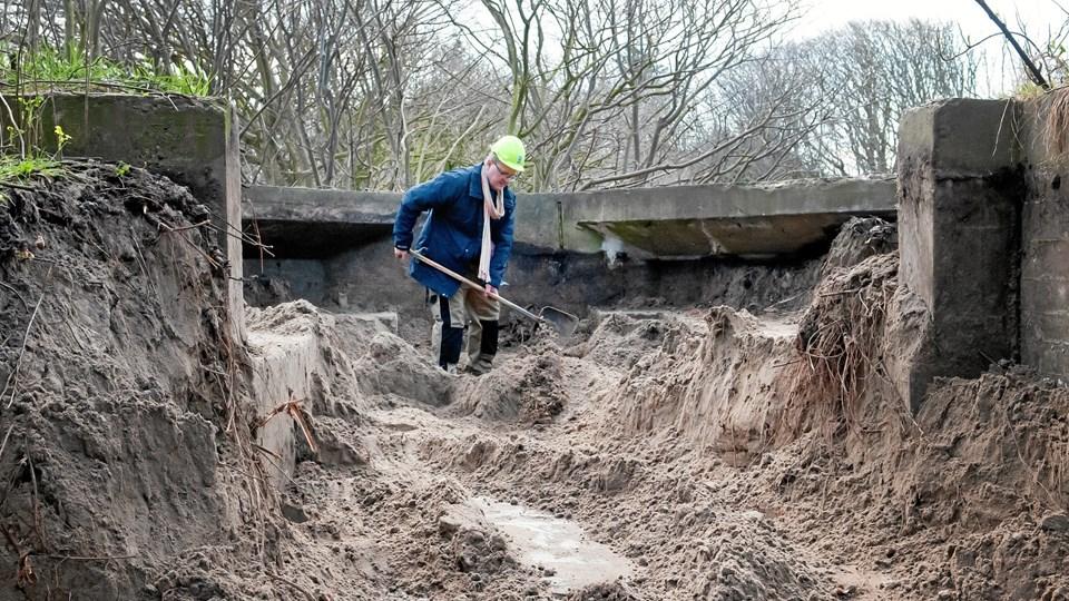 Museumsinspektør Jens Andersen har med hjælp fra en gravemaskine frilagt stillingen til 200-centimeter lyskasteren. Den blev trukket på skinner gennem åbningen og i ind i stillingen.