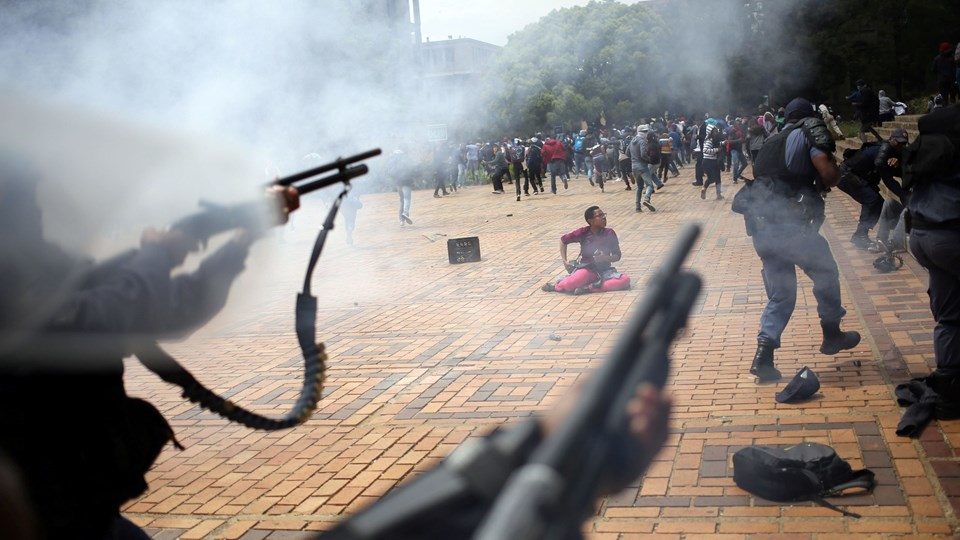 A student is seen during clashes with South African police at Johannesburg's University of the Witwatersrand, South Africa Foto: Reuters/Siphiwe Sibeko