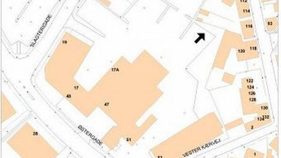 Spillehallen skal ifølge forslaget placeres i bunden af parkeringspladsen ¿ ved den sorte pil ¿ bag bygningen, der skal huse Føtex. Kort: Brønderslev Kommune