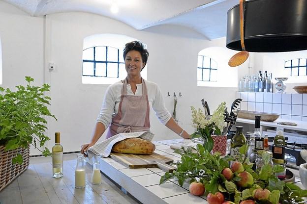 """Rita i det store, flotte køkken i den """"forvandlede"""" staldbygning. Foto: Privat"""