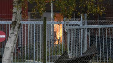 Brand i Elling: Ild i bil bredte sig til bygning - se billeder og video