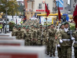 Vild med uniformer? Soldater marcherer gennem byen