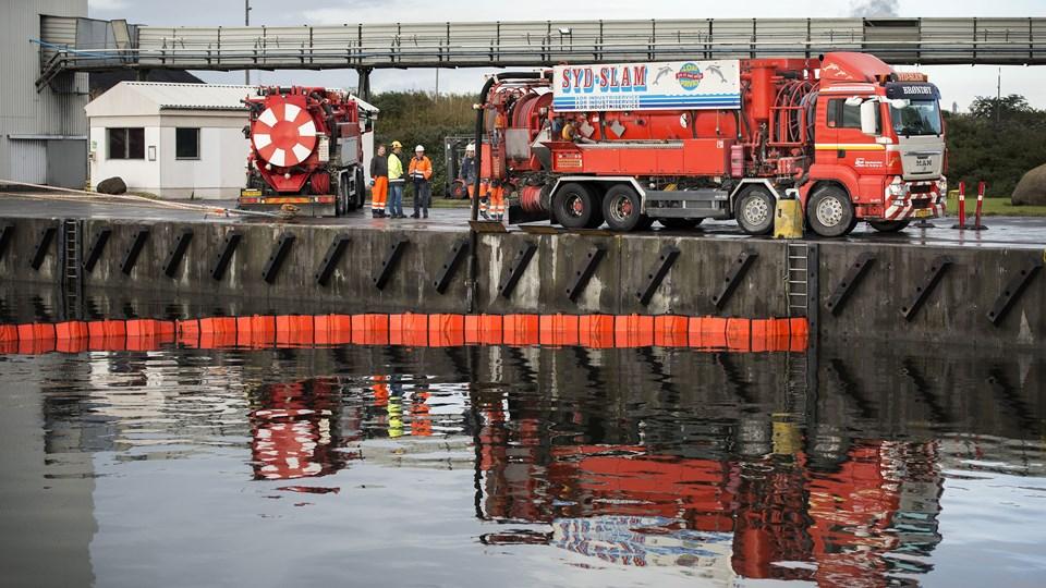 Arbejdet med at suge det olieforurenede vand op er nu slut. Foto: Thomas Hansen