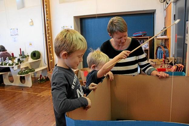 De mindste børn syntes det var sjovt at prøve fiskedammen. Foto: Hans B. Henriksen Hans B. Henriksen