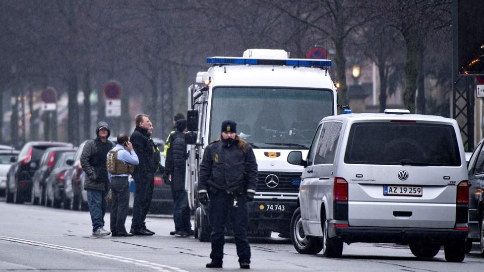 Københavns Politi var onsdag til stede på Dag Hammerskjölds Alle, hvor den amerikanske ambassade ligger. En mistænkelig pakke vakte bekymring. Pakken viste sig dog at være ufarlig. Foto: Scanpix/Bax Lindhardt