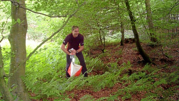 Ole Jensen klipper ved en post. Foto: Privat.