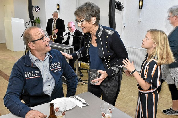 Gurli vimsede rundt og talte med alle. Til højre barnebarnet Alma. Foto: Ole Iversen