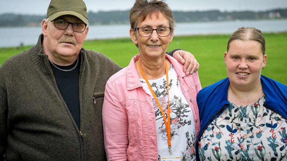 Gitte Dahlgaard (i midten) har siden 1. marts været ansat som forløbspartner i et projekt, der handler om at hjælpe borgere med kontakt til offentlige sundhedssystemer, så de sikres nogle gode forløb. Jens Ole Mikkelsen og Line Mark Larsen er to af de borgere på Mors, der har haft glæde af tilbuddet. Foto: Bo Lehm