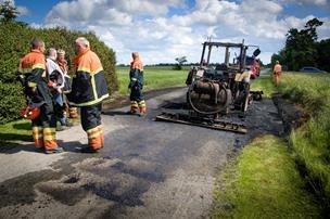 Asfaltarbejde endte med brand: Traktor i flammer
