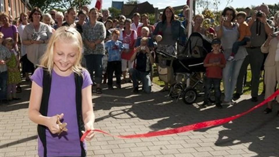 Emma var det første barn, der blev tilmeldt friskolen i Vrensted, og derfor fik hun æren af at klippe snoren med en saks, som var sprayet med guldmaling i dagens anledning. Foto: Kurt Bering