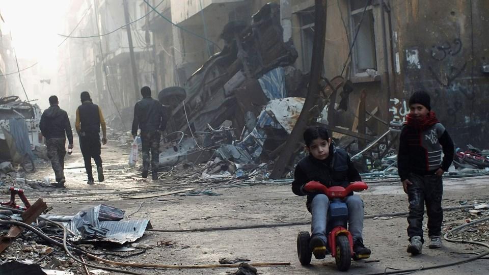 En dreng på en trehjulet cykel i Homs. Den otte år lange krig i Syrien har kostet over 370.000 mennesker livet, deriblandt 112.000 civile. Tallene kommer fra Det Syriske Observatorium for Menneskerettigheder.