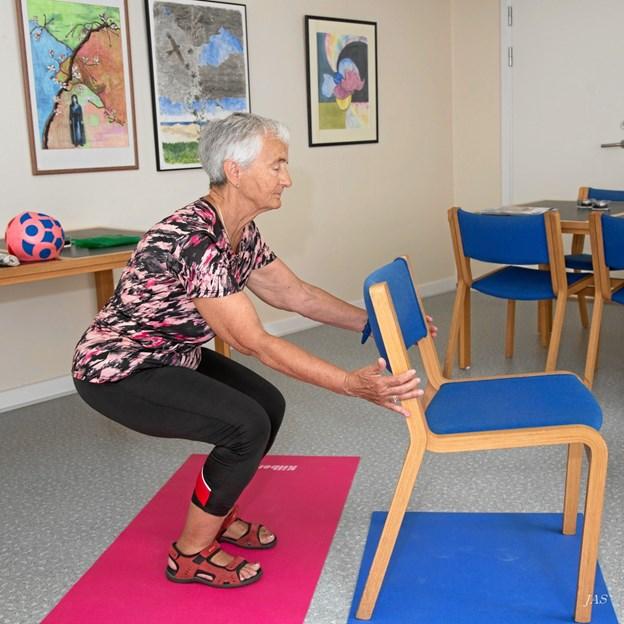 Instruktør Karen Petersen står for ÆldreSagens stolegymnastik. Foto: Jørgen Simonsen