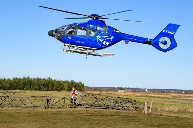 Mens pilot Martin Knudsen holdt helikopteren stille i luften, fik hjælperen på jorden, Niels Peter Kjeldahl, som faktisk er direktør for KN Helicopters løsnet bærestroppen og fartøjet kunne vende ud efter næste stump tårn. Foto: Bo Lehm
