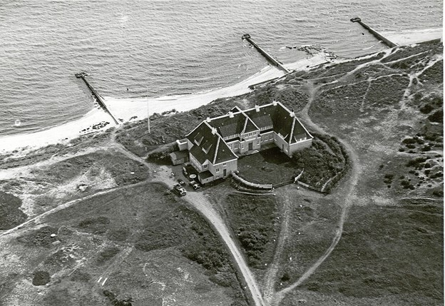 Klitgaarden set fra oven i 1931. Det var før, man byggede garagerne, som nu er omdannet til atelierer for refugiets kunstnere. LOKALHISTORISK ARKIV SKAGEN