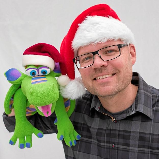 Den skaldede pædagog og dragen Georg skabet jubel hos børnene ved juletræsfesten i Godthåb. Han kommer igen i år. PR-foto