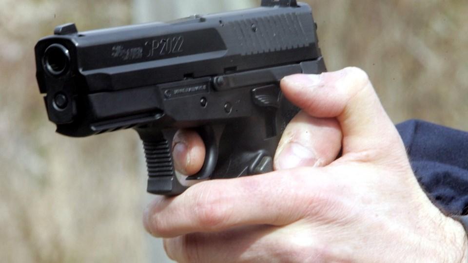 To mænd havde til hensigt at hente to skydevåben, der lå i en tagrende ved Familieskolen i Tilst sidste sommer. Det har Retten i Aarhus mandag afgjort. Retten skal nu tage stilling til, hvilken straf det skal udløse. Foto: Free/Colourbox