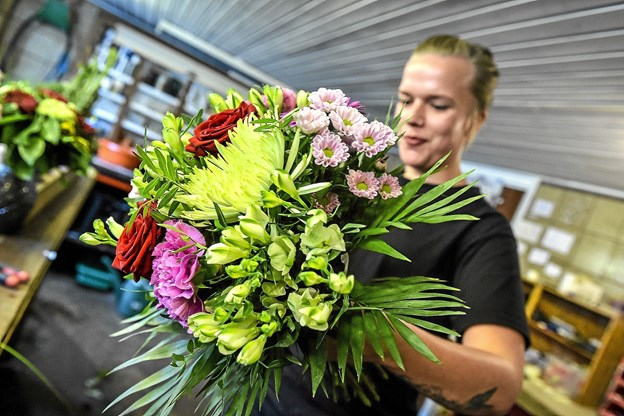 Der kommer til at blive lavet mange flotte buketter i Oasen. Butikken leverer til flere dagligvarebutikker i Thy. Foto: Ole Iversen