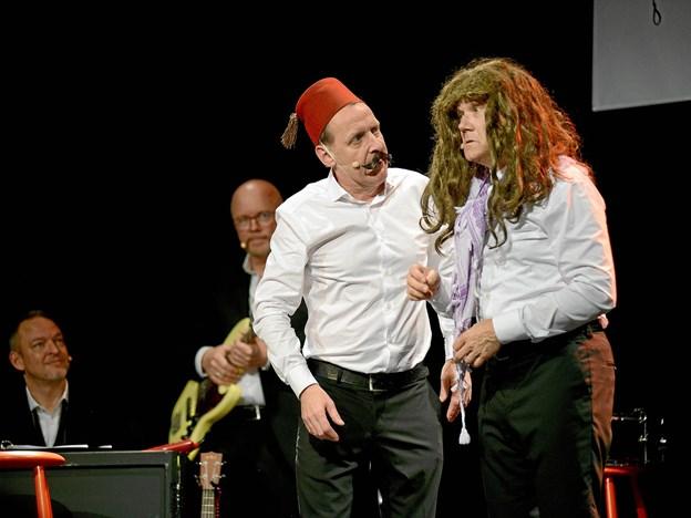 Et veloplagt publikum i Mariager morede sig kosteligt over Café Livas underholdende kabaret. Foto: Niels Reiter
