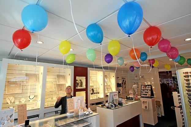 Festligt så det ud med de mange balloner. Her er det Brillehuset, der har fyldt loftet med balloner med rabatkuponer i. Foto: Jørgen Ingvardsen