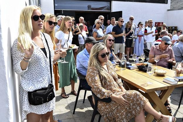 Omkring 100 sommerklædte gæster deltog i receptionen i Skagen.
