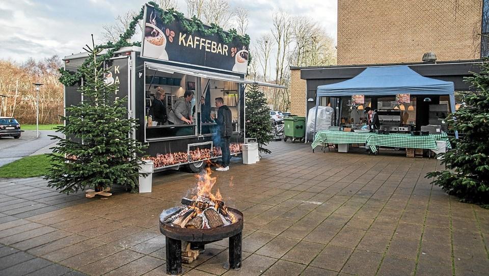 Uden for Ranum Efterskole og Ranum Multicenter var der julehygge med kaffebar og mulighed for at købe mad og juletræer. Foto: Mogens Lynge Mogens Lynge