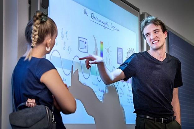 18-årige Samuel Grund fra 3.y. og Caroline Amalie Redder Andersen fra 2xz på Mariagerfjord Gymnasium fortalte blandt andet eleverne i 9.A om elektromagnetiske bølger.