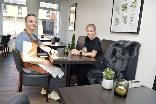 Ved bordene hos Doffs har kunderne fin udsigt til gadelivet på Store Torv.