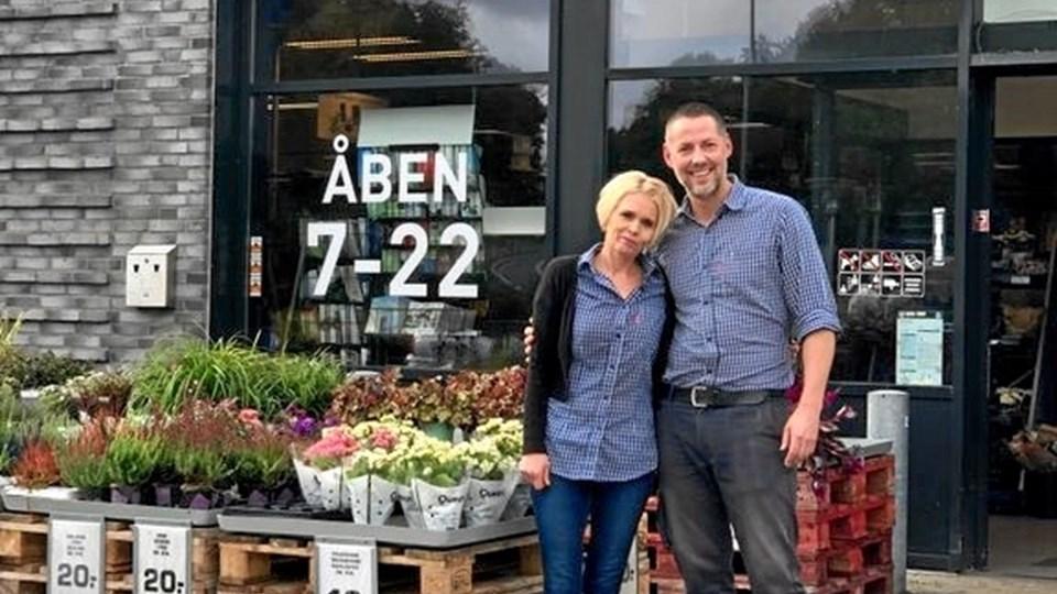 Købmand Morten Skou og hans hustru Maria arbejder begge i butikken på Gl. Hobrovej 2. Foto: Rema1000
