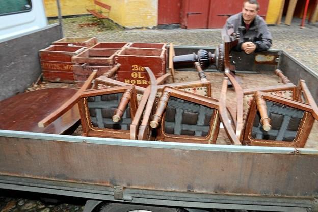 Stole, ølkasser og andre effekter lånes til forestilling i bryggerparrets sidste lejlighed Biecentret, som nu rummer arkitekt Rud Thygesens materialer. Foto: Erik Røgild Picasa