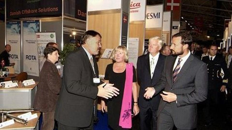 Kronprins Håkon længst til højre gæstede sammen med administrerende direktør i ONS Kjell Ursin-Smith og ONS-projektdirektør Liv Marith Bjelland den danske stand med direktør Mogens Tofte Koch - længst til venstre - i spidsen.