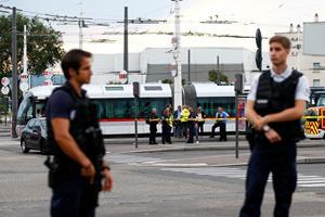 Mand bevæbnet med kniv dræber en og sårer otte i Frankrig
