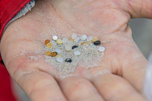 Har du set disse på din strandtur? Små plastikperler samles langs nordjyske strande